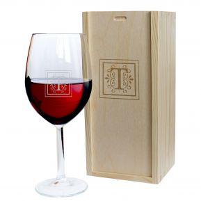Calice da vino con iniziale incisa