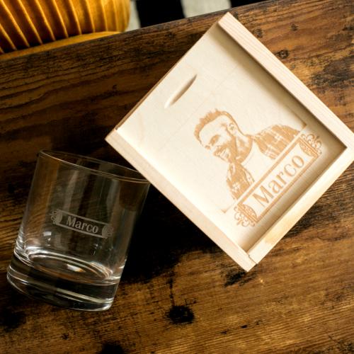 Cassetta e bicchiere da whisky foto